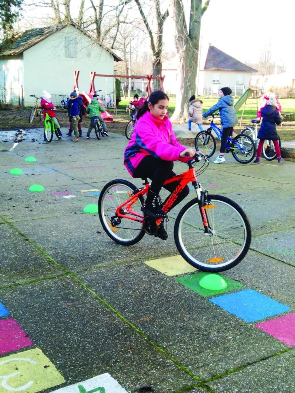 Kerékpárokat kaptak a gyerekek  Dunaszentbenedeken