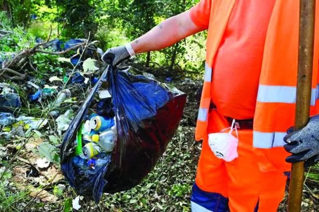 1,5 millió illegális  hulladéklerakó  felszámolására Akasztón