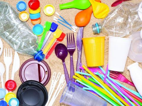 Júliustól betiltják  az egyszer használatos műanyageszközöket